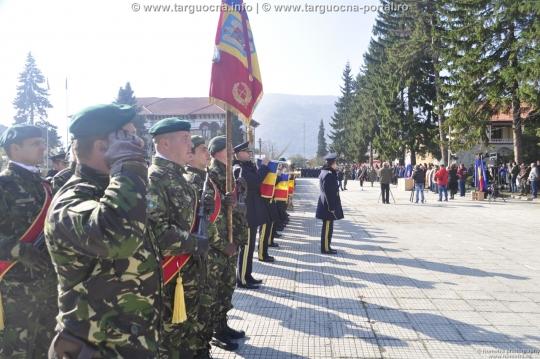 """Drapelul Batalionului 22 Vânători de Munte """"Cireşoaia"""" din Sfântu Gheorghe a fost decorat"""