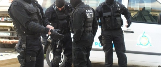 Perchezitii la traficanti de droguri din Targu Ocna si Comanesti. 7 persoane au fost arestate.